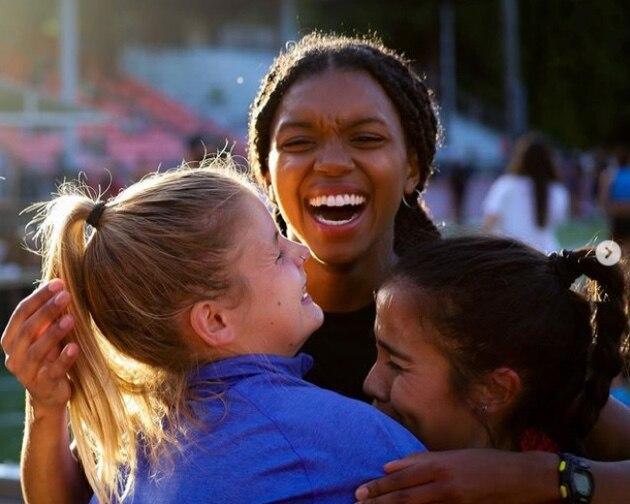 Nia Akins hugging teammates