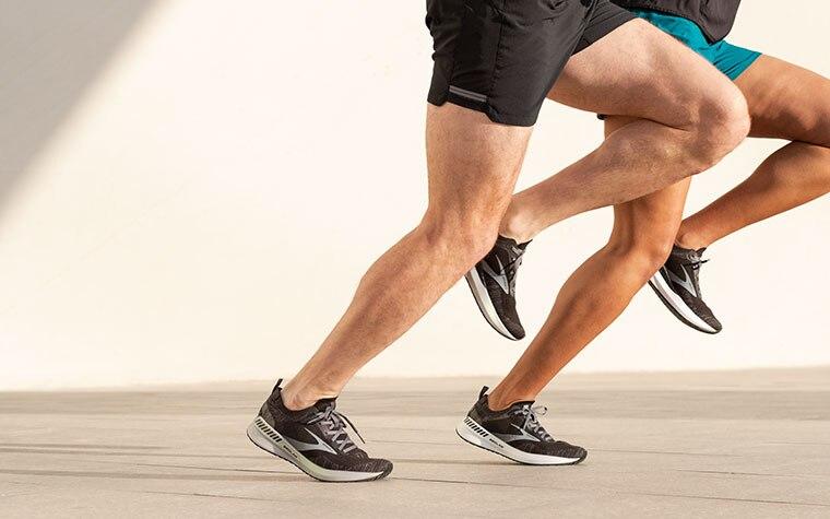 Nahaufnahme der Beine zweier Läufer, die beide den Bedlam 2 tragen.