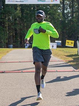 Läufer durchquert die Ziellinie eines Marathons