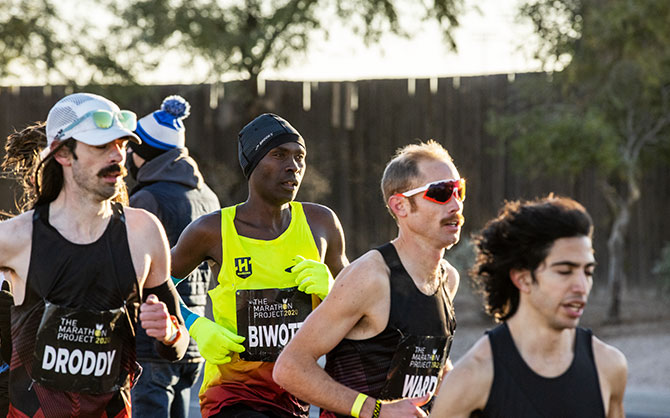 hadrack Biwott hangs with the lead pack early in the race.