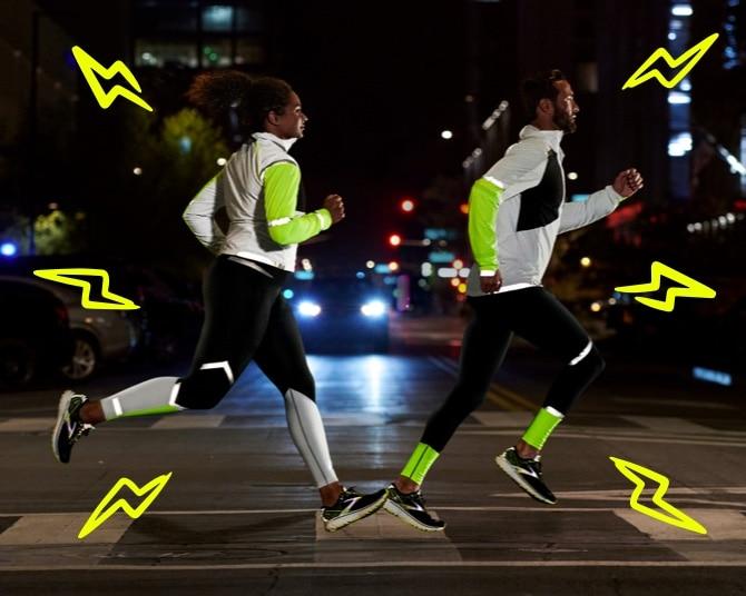 Deux runners courant de nuit portant la collection Run Visible