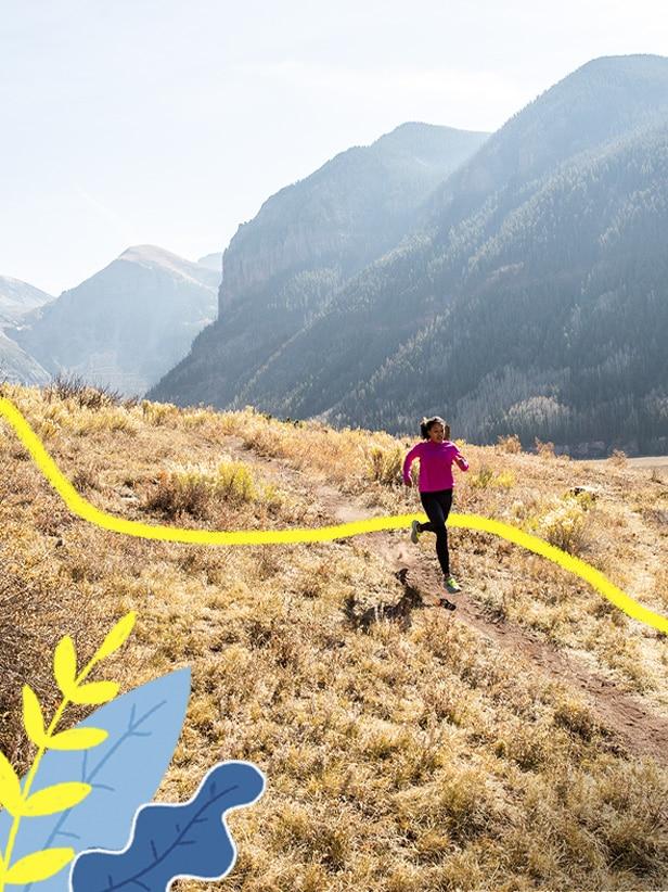Una donna che corre tra le montagne