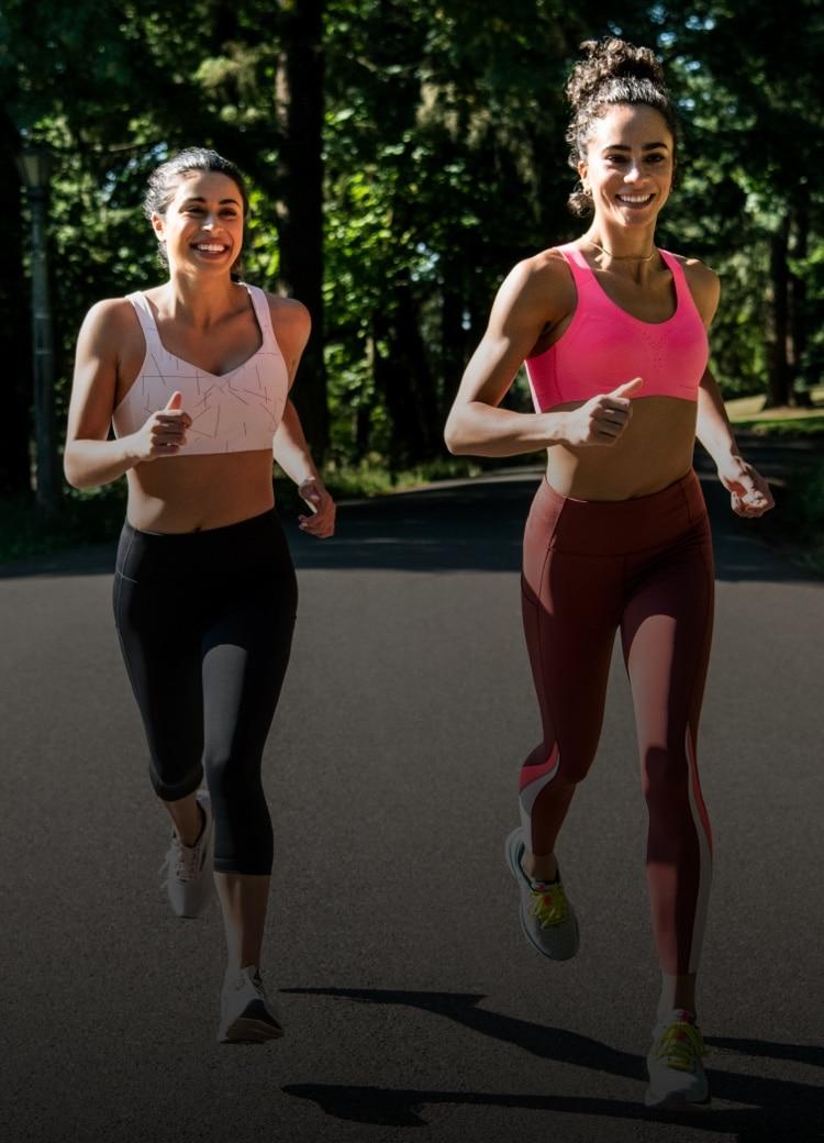 Zwei Läufer*innen beim Laufen im Freien