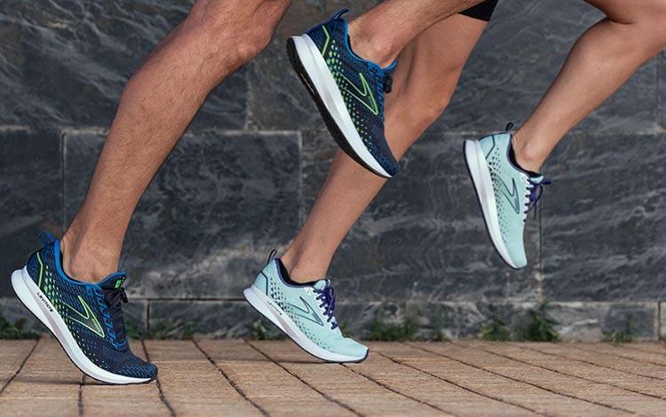 Corredores a medio paso con zapatillas Brooks