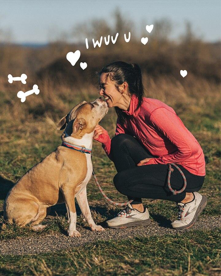 Mädchen, das ihren Welpen küsst