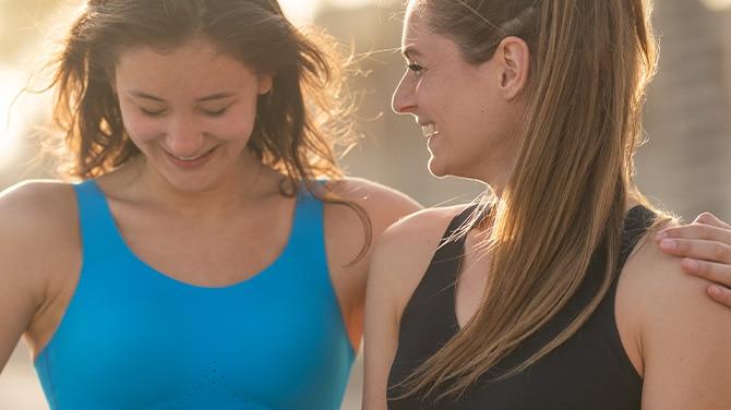 Zwei Mädchen beim Laufen