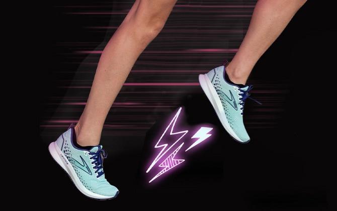 Les jambes d'une femme courant avec la Levitate5. Des éclairs rose fluo jaillissent du bas de l'une des chaussures. À côté des jambes se trouve un code QR blanc avec le mot «scan» et une flèche pointant vers le code.